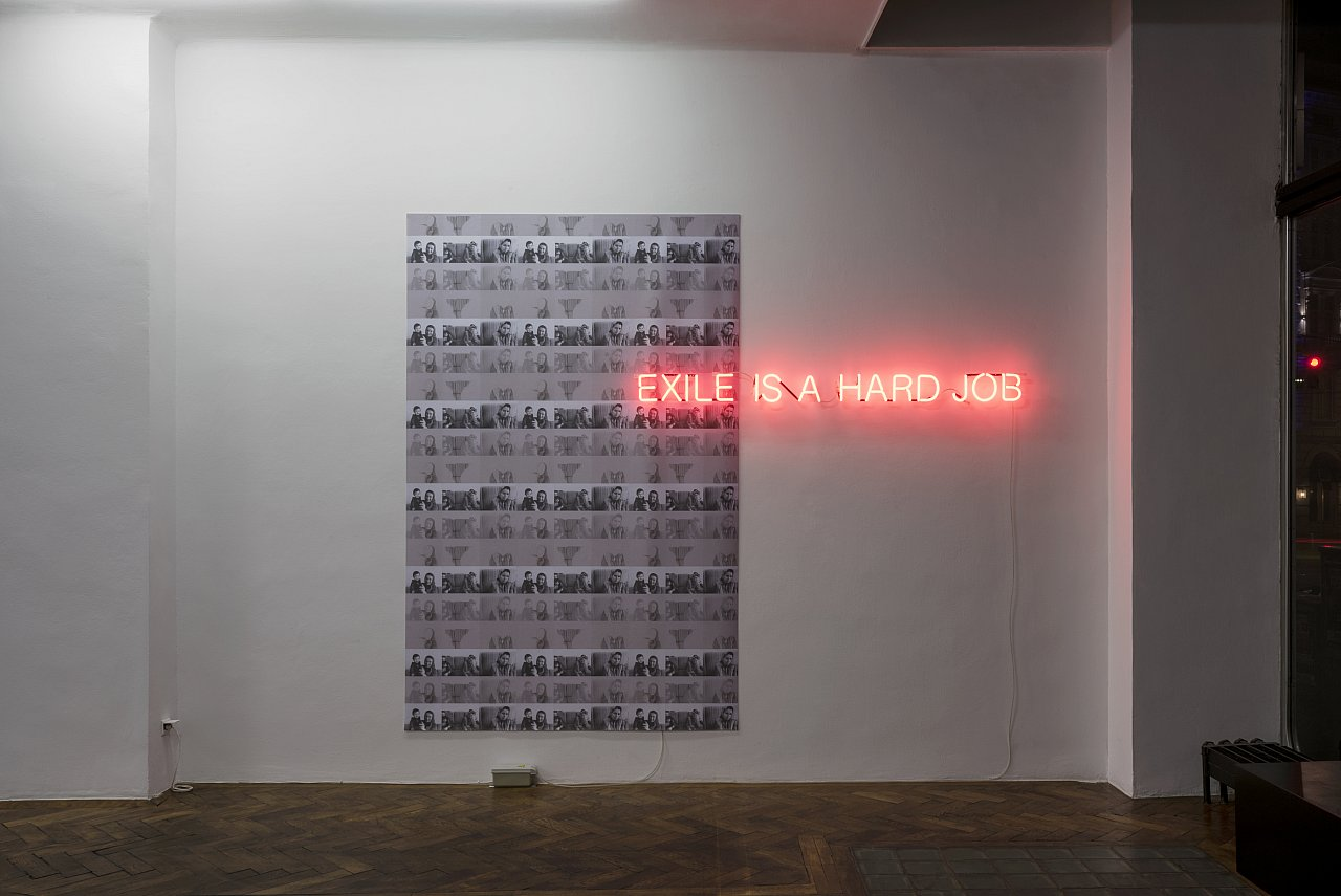 Nil Yalter – EXILE IS A HARD JOB, 1976/2015, Digitalprint auf Textil, Neon, 276 x 335 cm Unikat